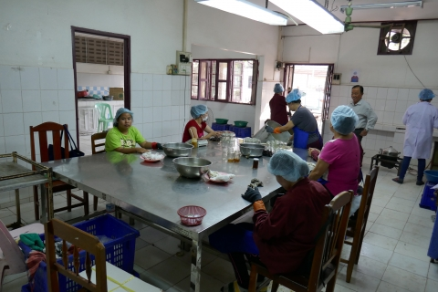 Préparation des confitures dans les locaux de Lao Farmer's Products